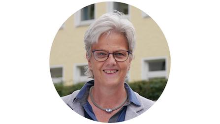 Portrait von Hiltrud Meiwes-Klee. Sie hat kurze graue Haare, trägt eine Brille und lächelt.