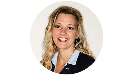 Porträtfoto von Larissa Mihm. Sie hat blonde lange Haare und trägt einen schwarzen Blaser über einer hellgrauen Bluse.